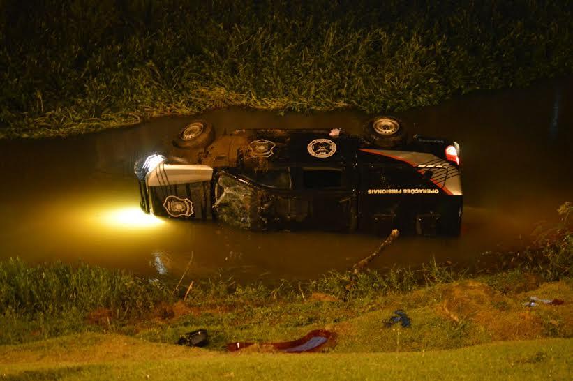 Viatura da Sejus cai de ponte em rio e cinco detentos ficam feridos ...