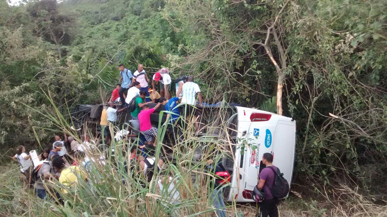 Ônibus do Transcol cai de ribanceira e deixa passageiros feridos na ...