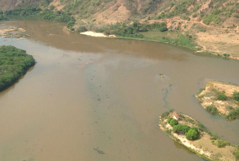 Equipe da TV Vitória sobrevoa o Rio Doce e registra onda de lama ...