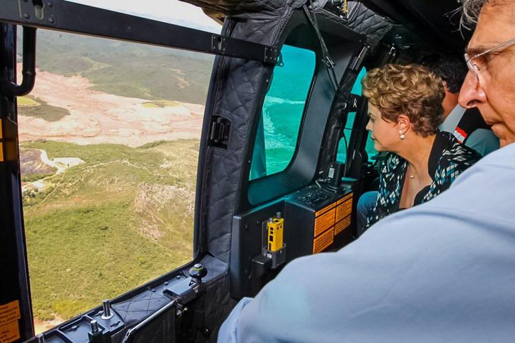 Dilma sobrevoa áreas atingidas pelo rompimento das barragens em ...