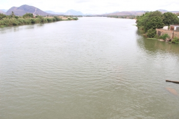 Empresa que presta serviço de abastecimento em Baixo Guandu analisa água do Doce