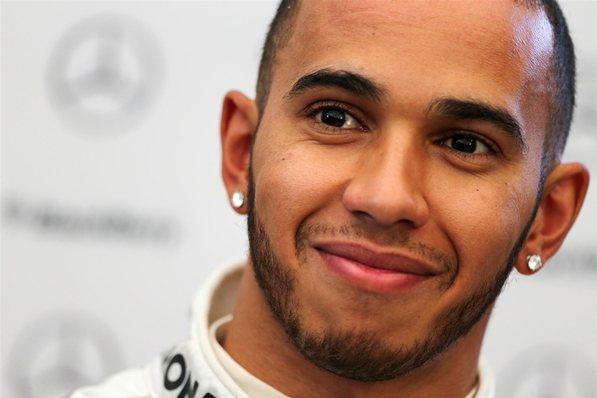 Lewis Hamilton lidera treino livre na estreia do circuito de Baku na F1