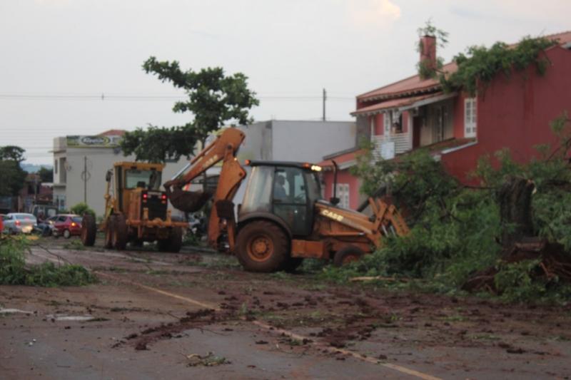 Tornado deixa 20 feridos e causa destruição no Paraná | Folha Vitória