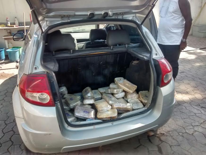 Droga estava escondida na porta de carro Foto: Divulgação/ Polícia Federal