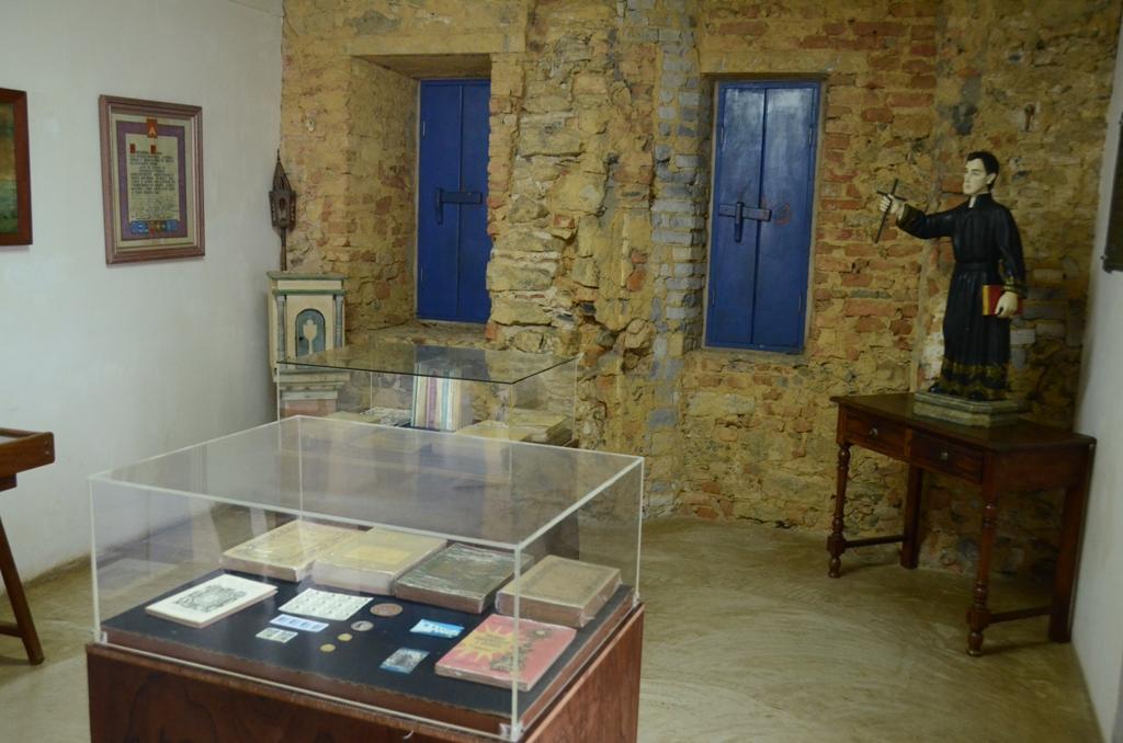 A cela do Padre Anchieta era o lugar para onde ele se retirava, isolando-se de todos para rezar, escrever e dormir.