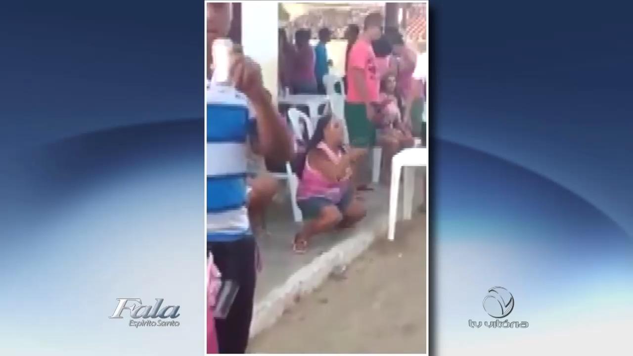 Vídeo: Mulher requebra até o chão em festa de bloco | Folha Vitória