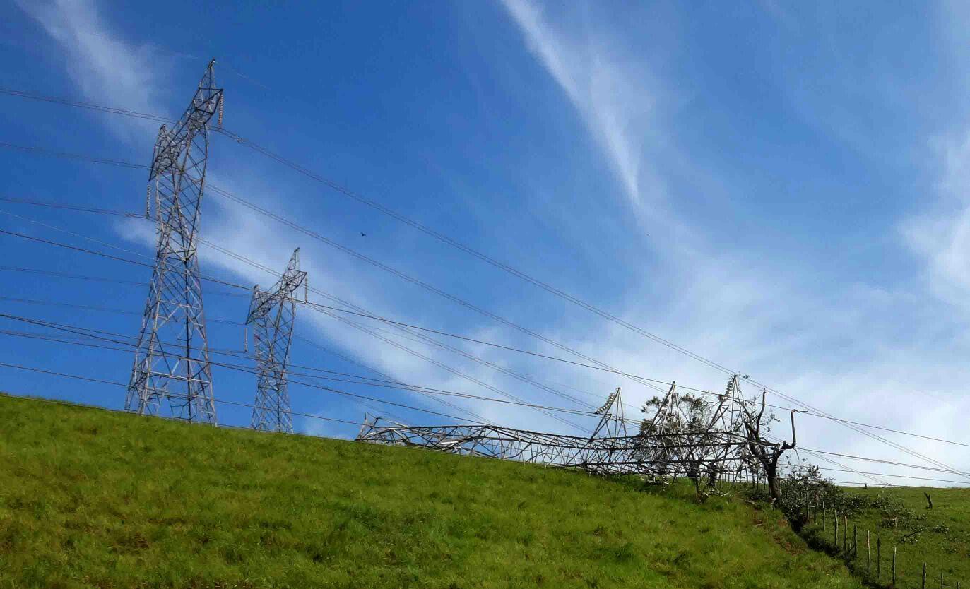 Apagão no Sul do Estado após vendaval derrubar torres de energia ...