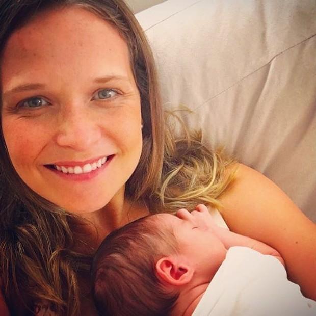 Fernanda Rodrigues posta foto com recém-nascido