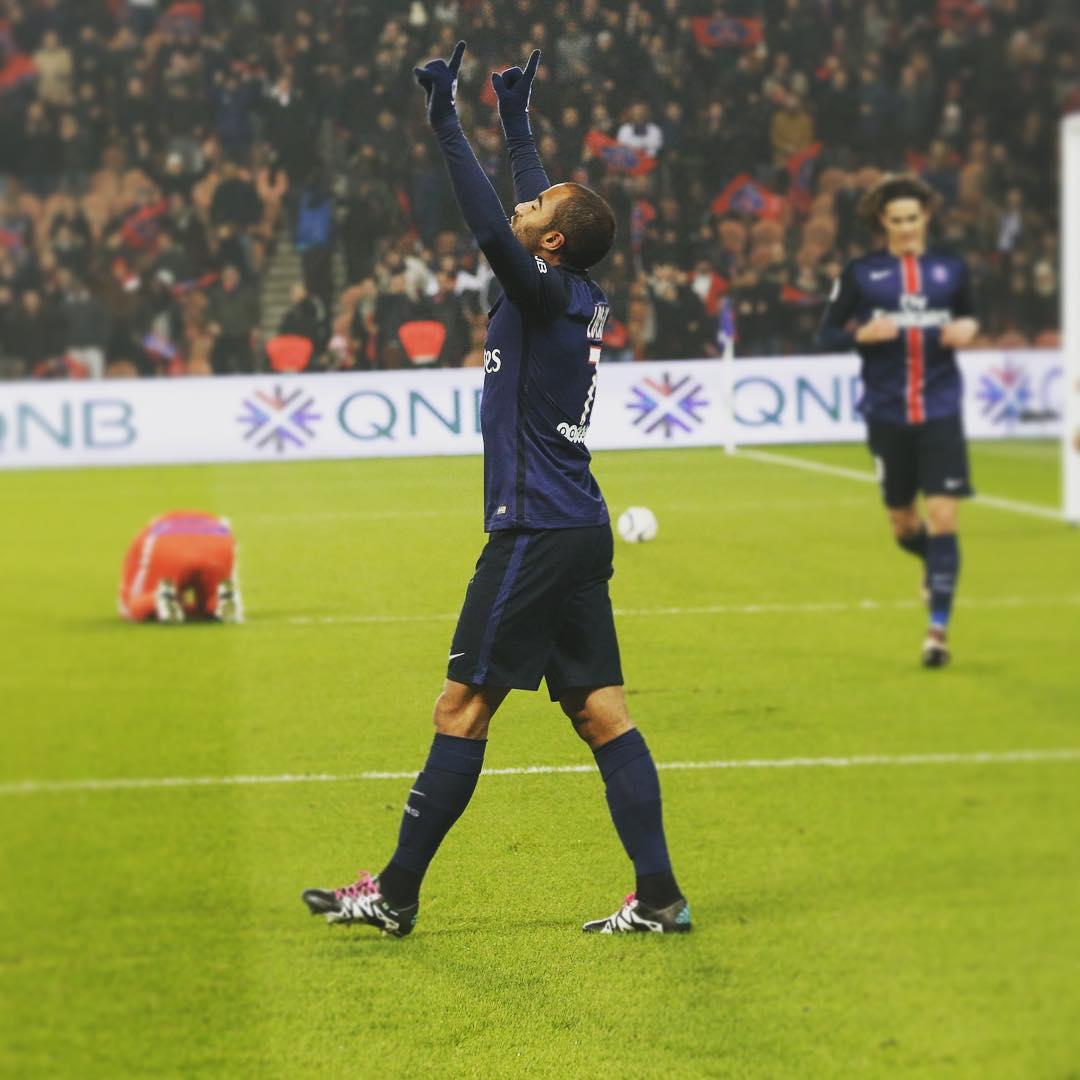 Lucas marca contra o Lyon, mas não evita primeira derrota do PSG ...
