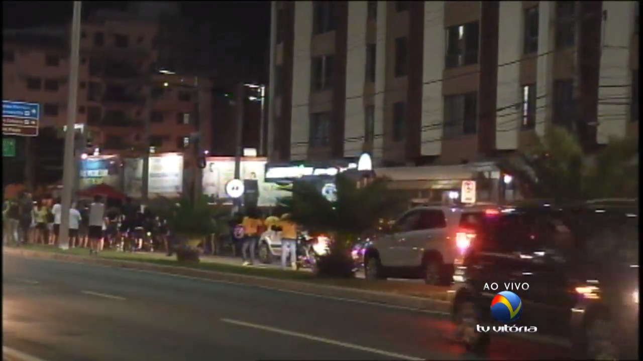 Manifestantes ocupam faixas da Dante Michelini | Folha Vitória