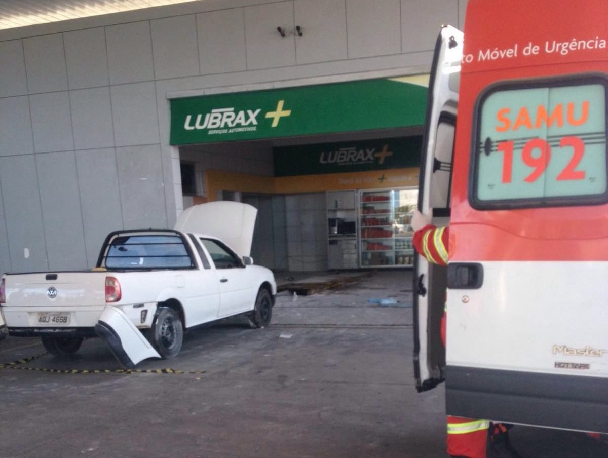 Explosão em carro deixa três pessoas feridas em posto de Vila Velha