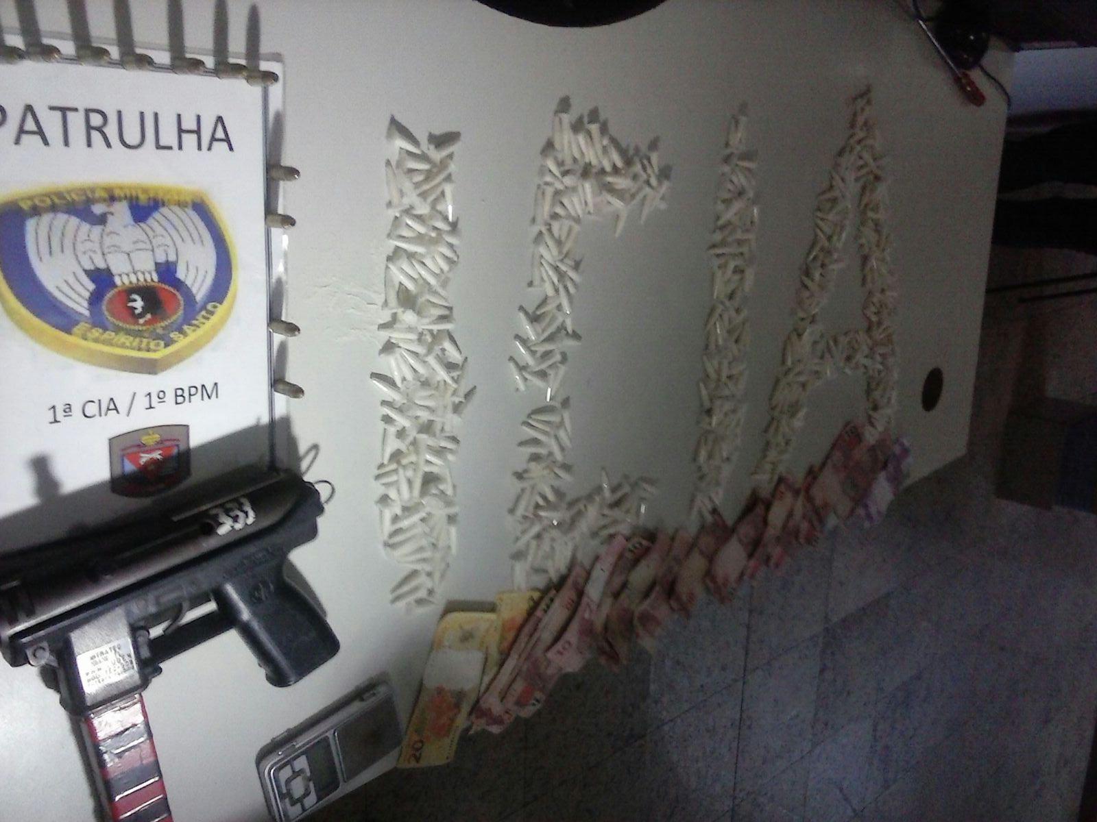 Jovem é detido com submetralhadora e mais de 500 pinos de cocaína