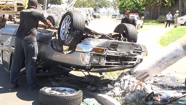 Veículo capota após roda se soltar na Avenida Beira- Mar em Vitória ...