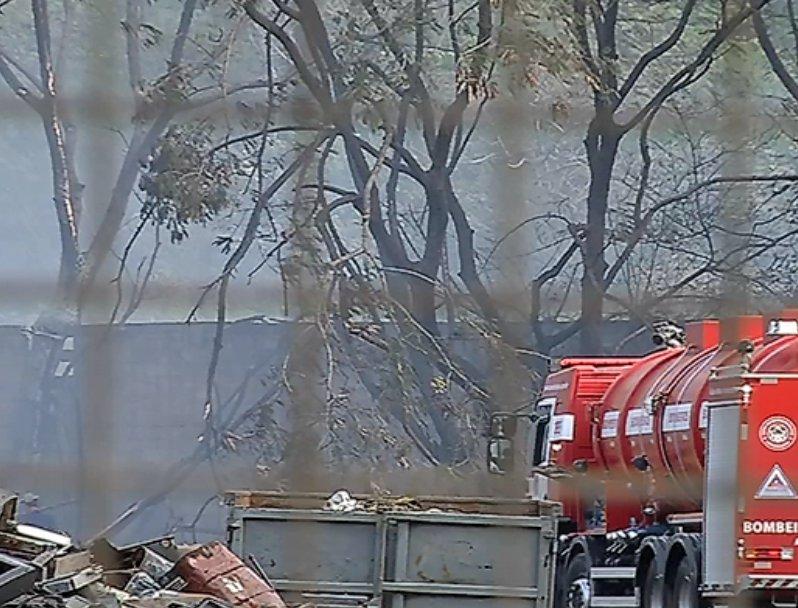 Empresa pega fogo e cortina de fumaça assusta moradores da Serra
