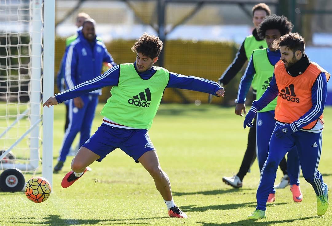 Sem jogar no Chelsea, Pato deixa direção do Corinthians apreensiva