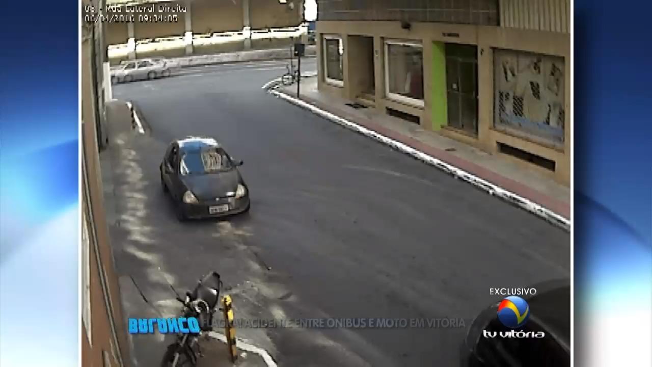 Flagra de acidente entre ônibus e moto em Vitória | Folha Vitória