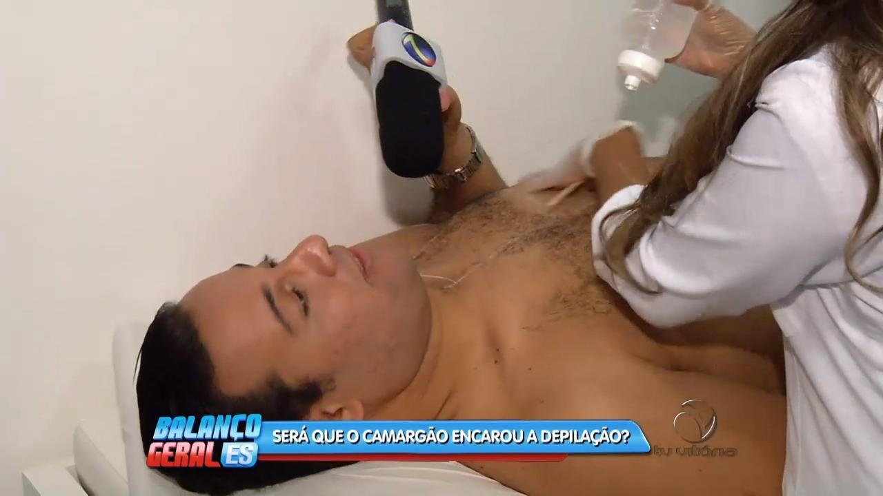 Douglas Camargo passa pela tortura da depilação | Folha Vitória