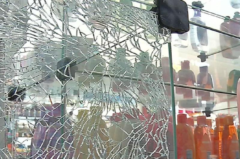 Bandidos trocam tiros com a polícia após arrombarem farmácia na ...