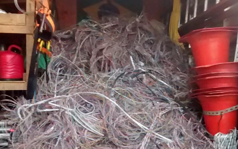 Duas toneladas de fios roubados são descobertas em ferro velho de ...