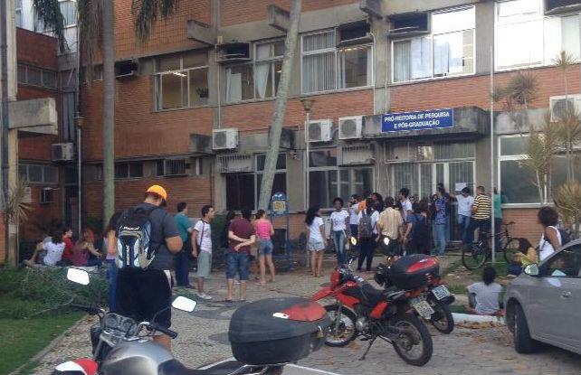 Universitários fazem protesto contra adesão do Sisu e fim do ...