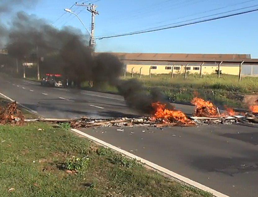 Manifestantes ateiam fogo em pneus e fecham principal avenida de ...