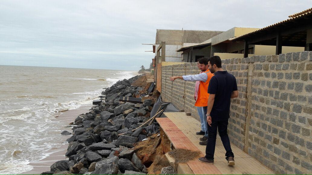 Técnicos avaliam erosão marítima na orla de Marataízes em busca ...