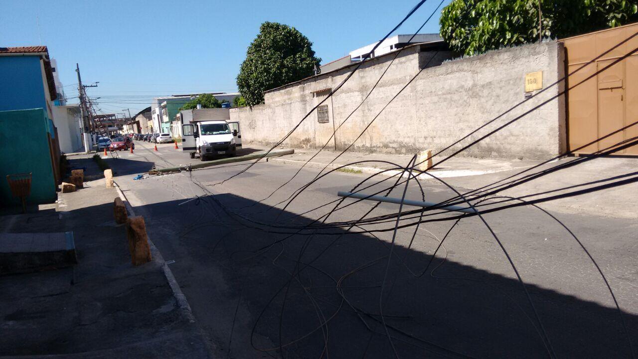 Poste de energia desaba e deixa homem ferido em Vila Velha ...