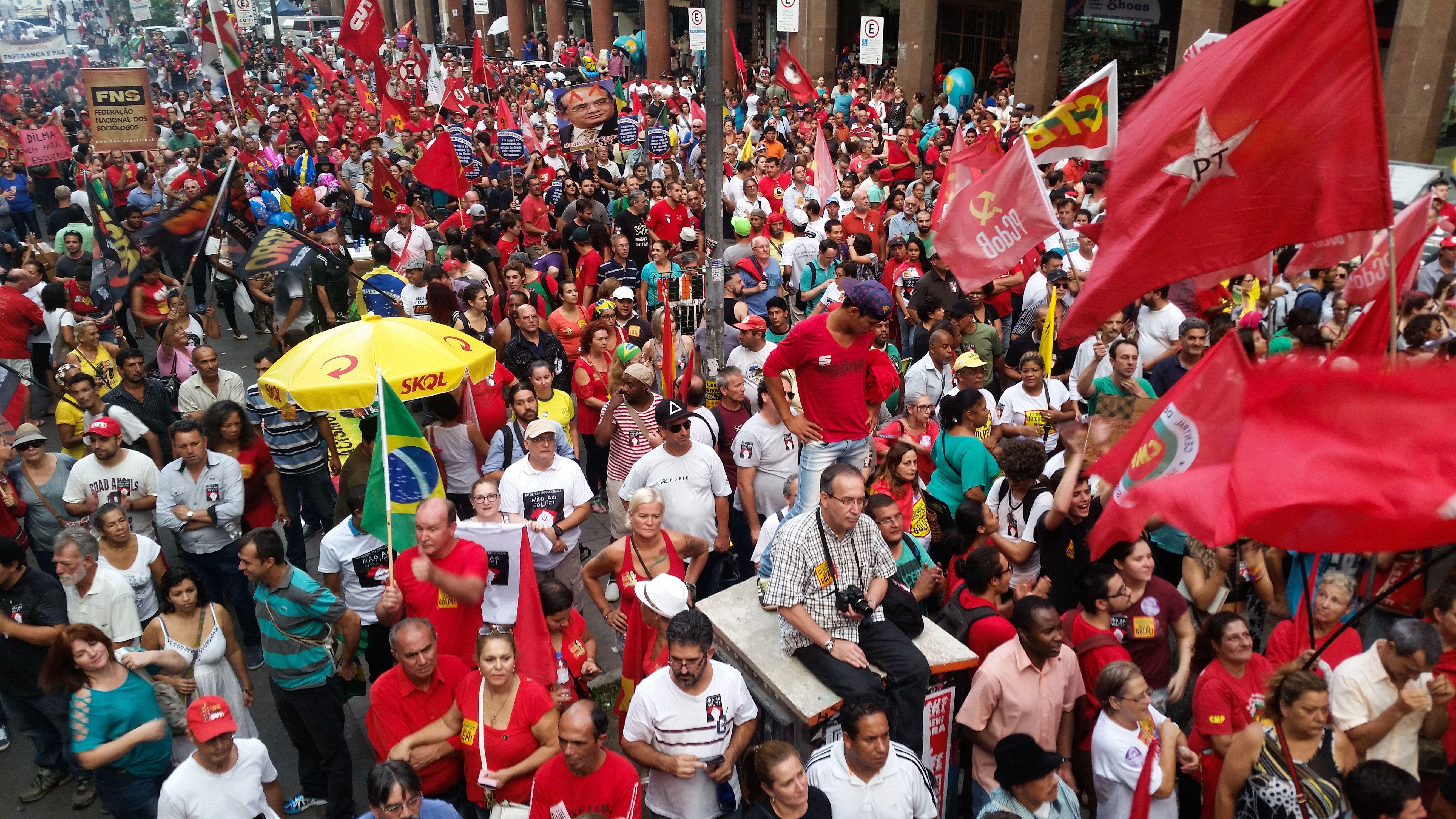 Manifestações pró e contra o impeachment ocorrem em pelo menos ...
