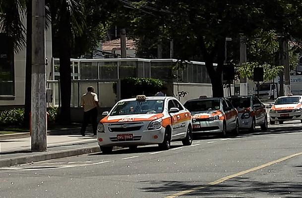 Taxista apanha e é ameaçado durante assalto na Praia do Canto ...