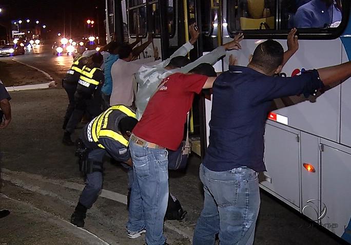 Polícia faz ação para inibir assaltos em ônibus da Grande Vitória ...
