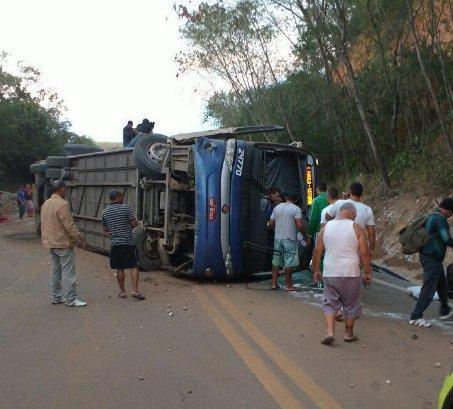 Ônibus tomba e deixa vários feridos na BR-101, em Vila Velha ...