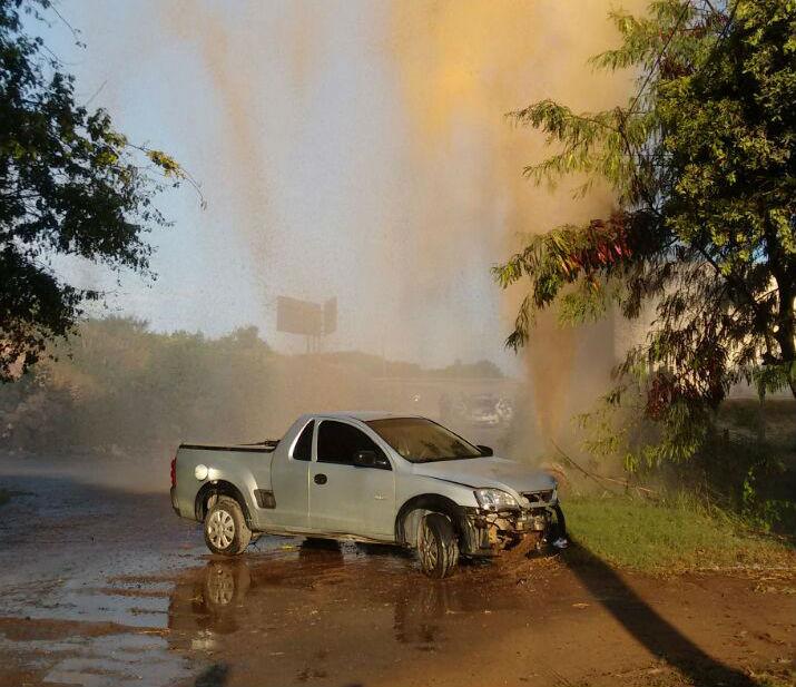 Vazamento de água após bandido em fuga bater em cano da ...