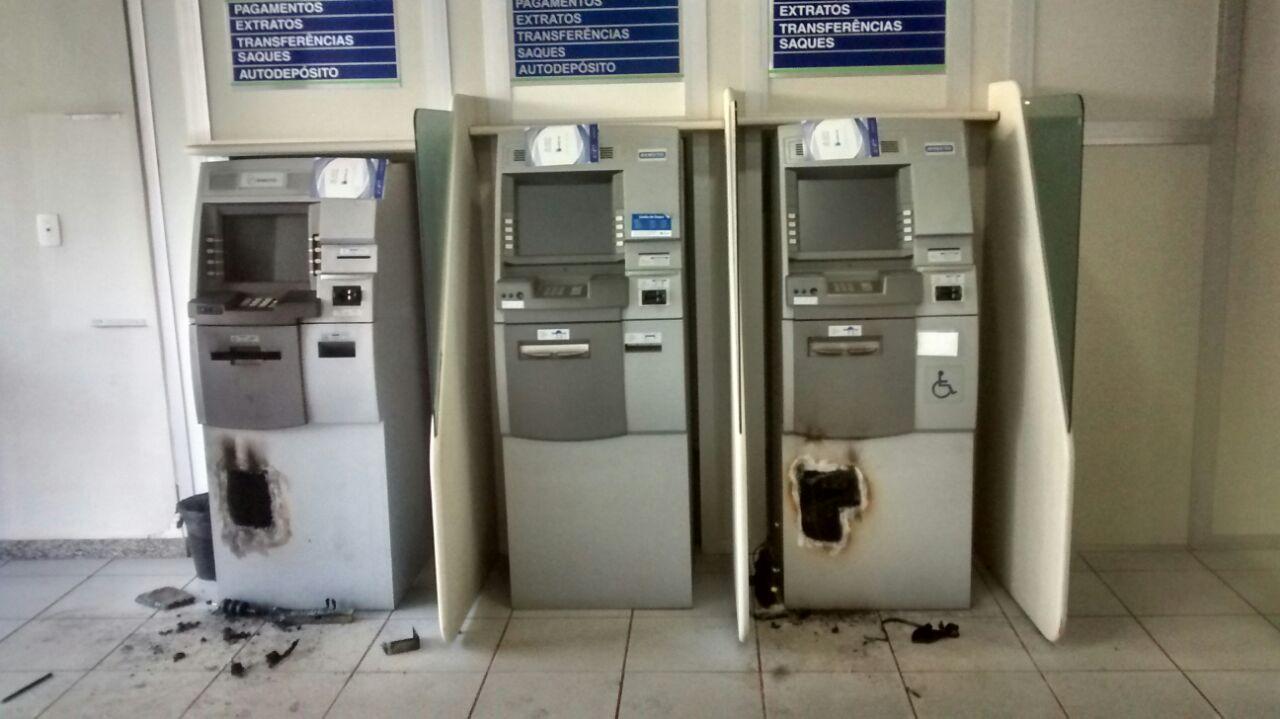 Bandidos arrombam caixas eletrônicos em agência de Divino do ...