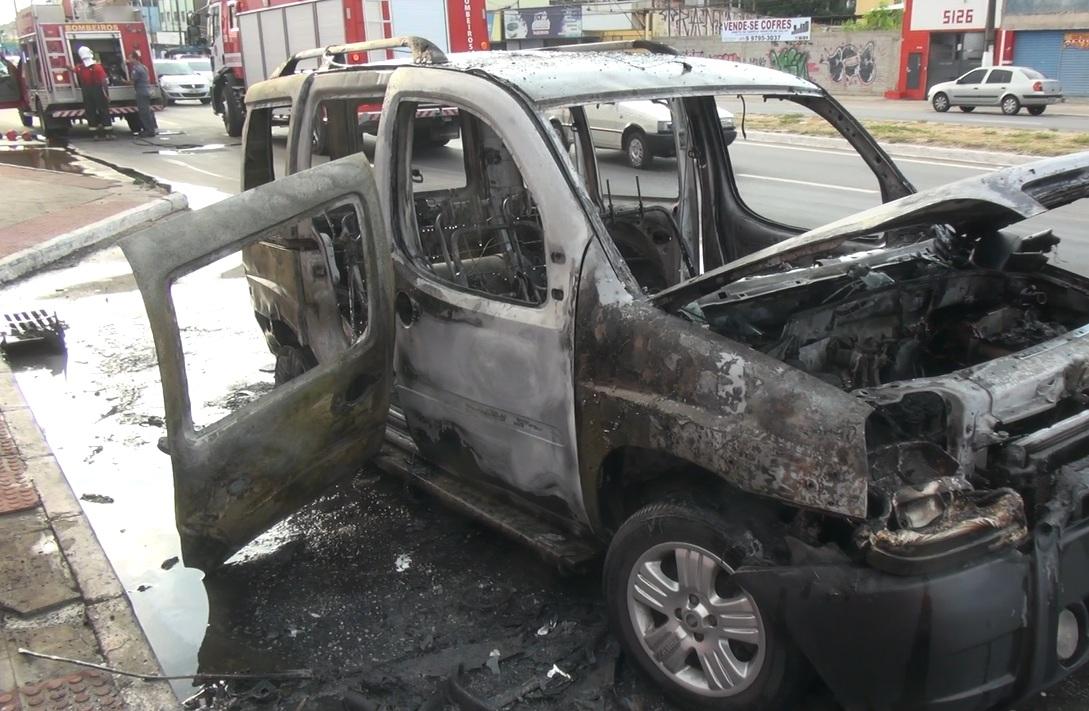 Susto em Vila Velha: carro de PM pega fogo na rodovia Carlos ...