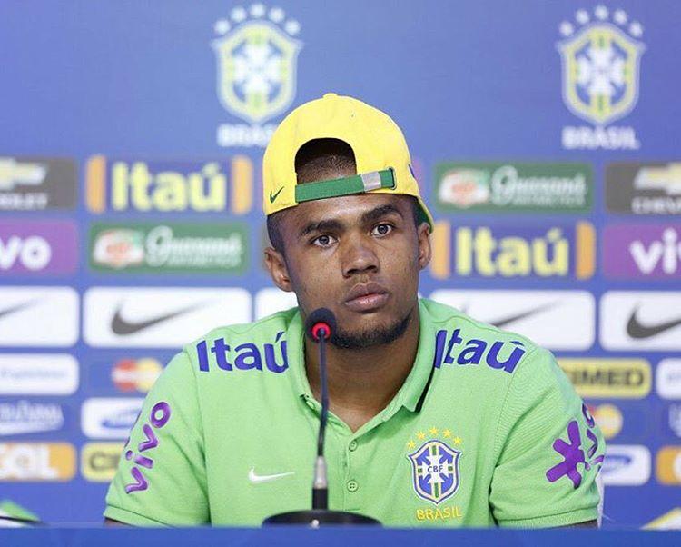 Atacante Douglas Costa é cortado da seleção brasileira por lesão ...