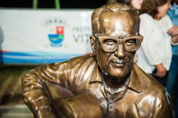 Emoção marca a entrega da estátua de Maurício de Oliveira em ...