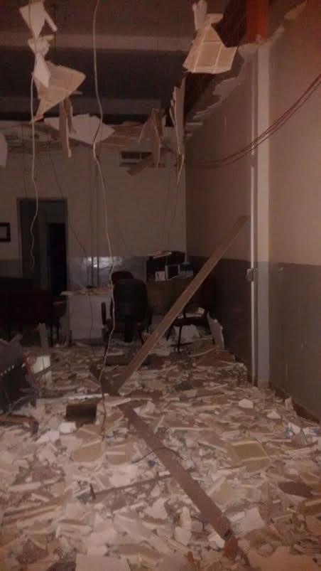 Bandidos invadem agência bancária e explodem caixas eletrônicos ...