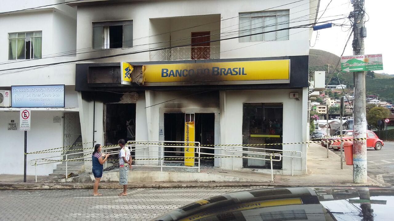 Bandidos colocam fogo em agência bancária de Conceição do ...