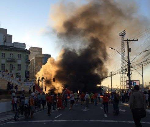 Manifestação deixa trânsito completamente parado em Vitória ...