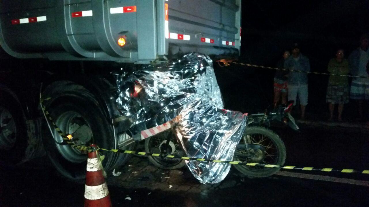 Motociclista morre após bater na traseira de caminhão estacionado ...