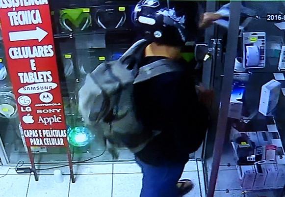 """Bandidos """" fecham"""" loja de celulares e levam R$ 15 mil durante ..."""