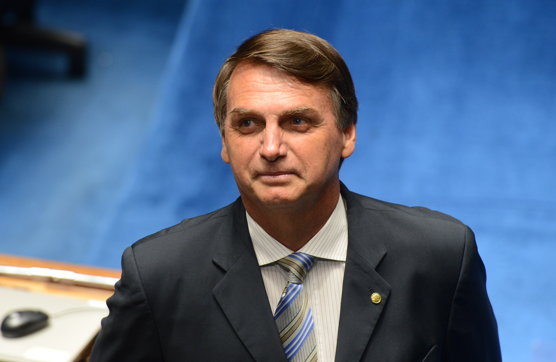 Bolsonaro se joga de carro de som e não é segurado por plateia ...