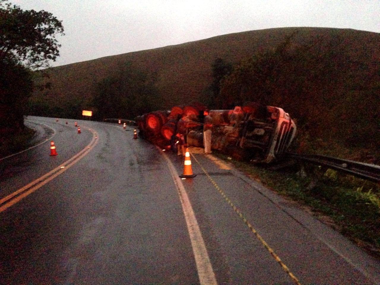Motorista morre em grave acidente com carreta na BR-101 | Folha ...