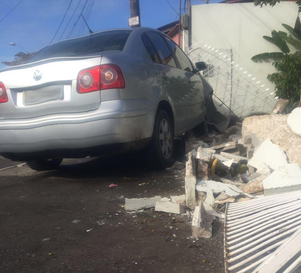 Grupo é perseguido após assalto e bate carro roubado em muro de ...