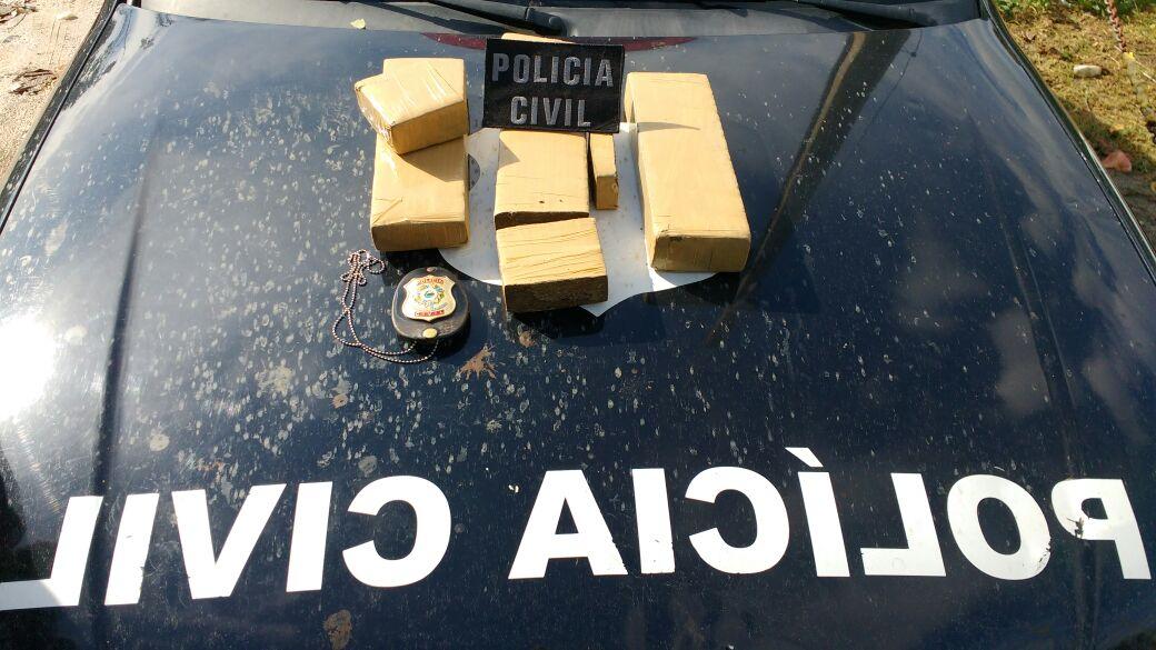Com um dos detidos os policiais encontraram cinco kg de maconha, escondidos no porta-malas do carro