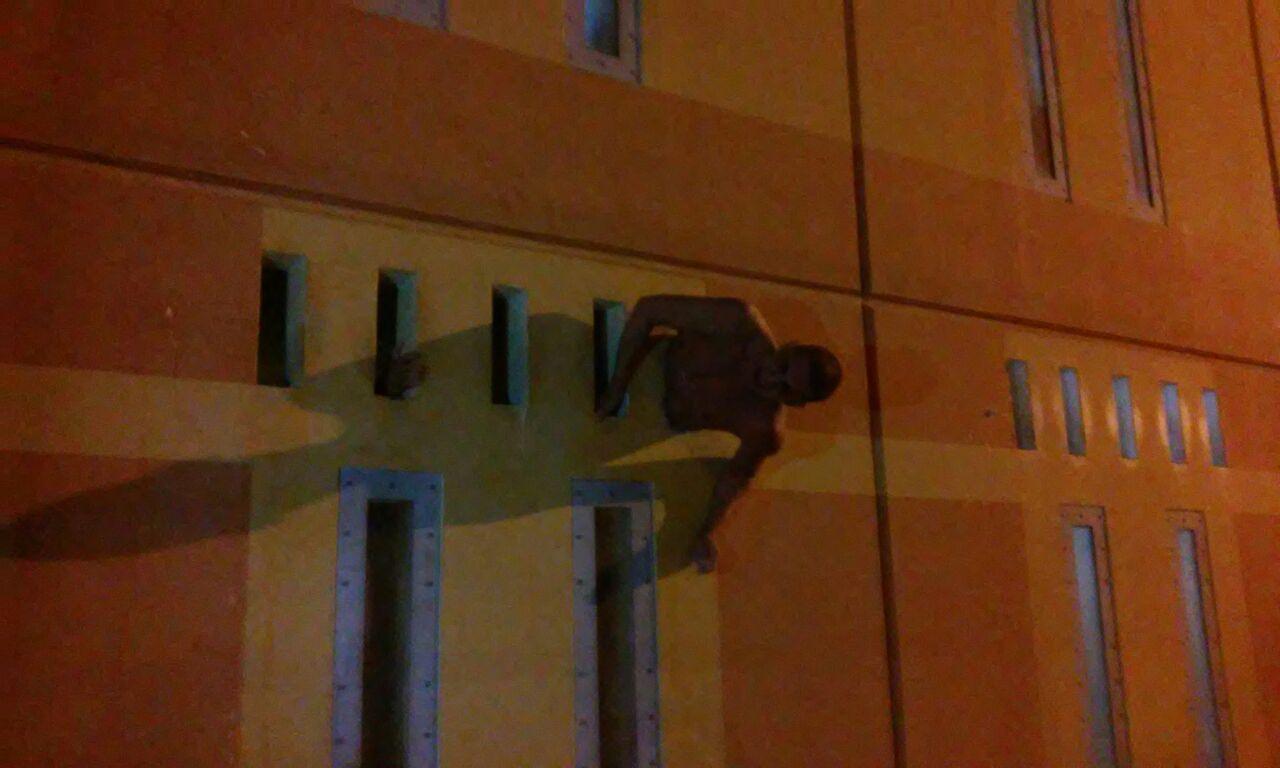 Detento fica agarrado na janela ao tentar fugir de presídio de Vila ...