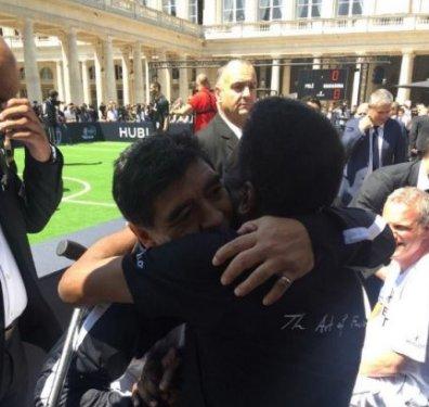De bengala, Pelé ganha abraço de Maradona em jogo festivo ...
