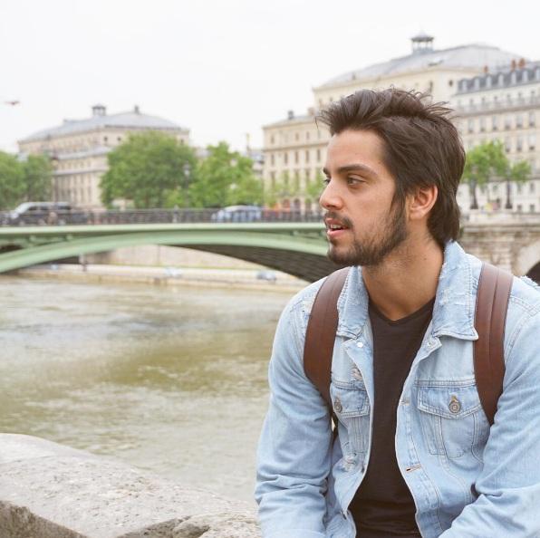 Rodrigo Simas viaja para Paris e posta clique de tirar o fôlego ...