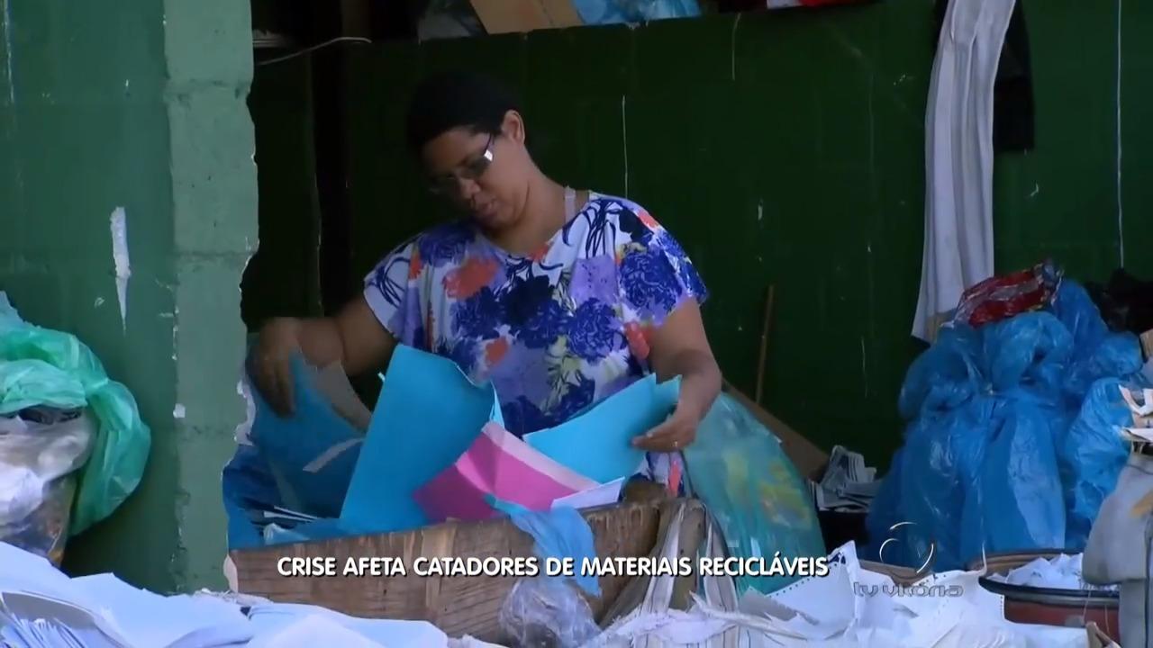 Catadores de material reciclável são afetados pela crise | Folha Vitória