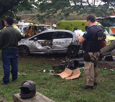 Carro invade ponto de ônibus e mata motociclista na BR-101 | Folha ...